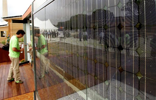 לוחות סולריים שמשמשים לחלוקת חלל המבנה ובכך משיגים שתי מטרות. האחר ייצור אנרגיה והשנייה חיסכון בחומרי בנייה.